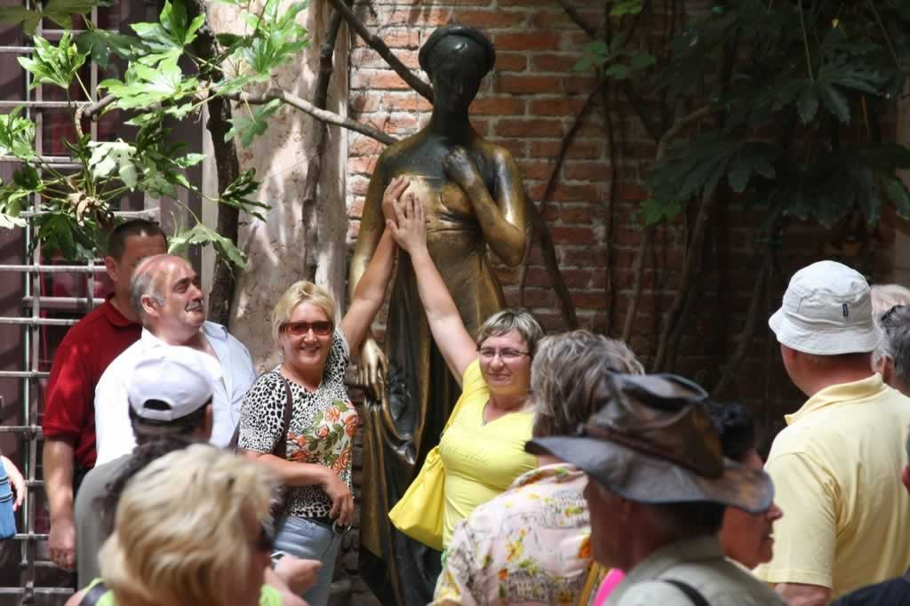 Julieta's breast rubbed by tourists seeking for new love